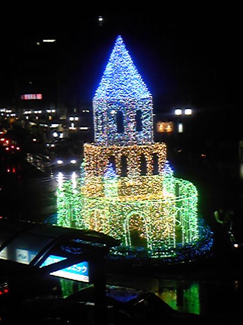 駅前に明かりが灯りました。